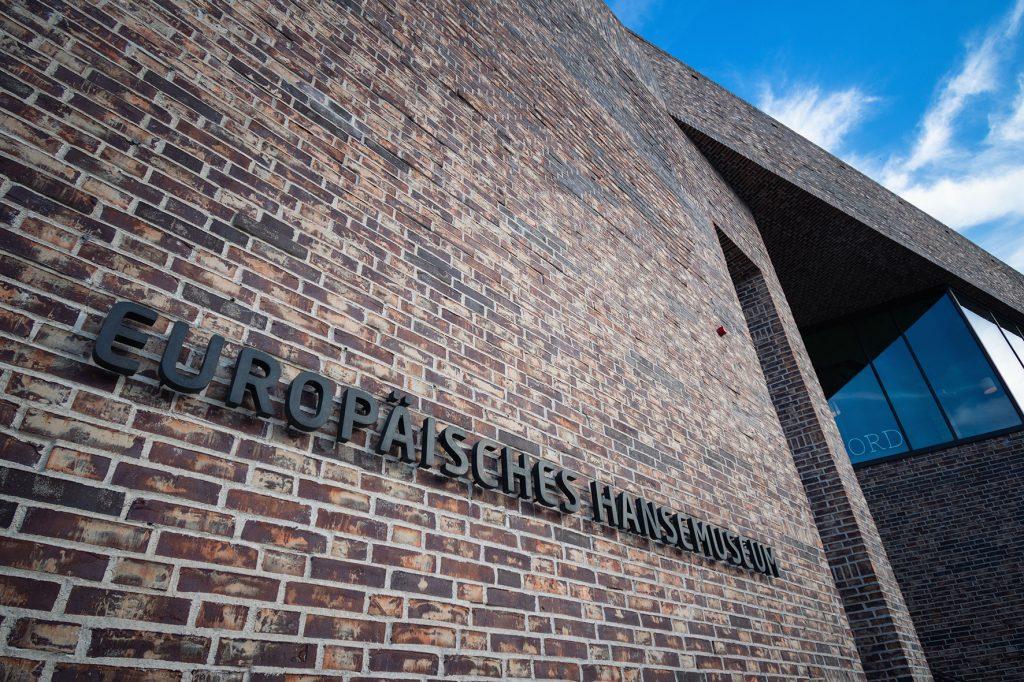 Hauptgebäude Europäisches Hansemuseum, Schriftzug